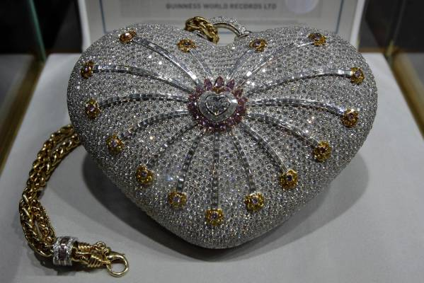The Mouawad 1001 Nights Diamond Purse Officially Holds Le Of Most Valuable Handbag In