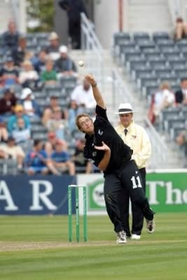 Daniel Vettori bowls against Pakistan at Jade Stadium in Christchurch in 2001.