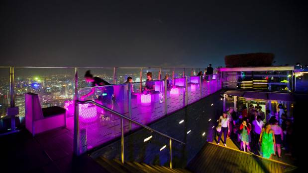 The largest rooftop bar in the world, 1-Altitude, sits on the roof of one of the tallest skyscrapers in Singapore.