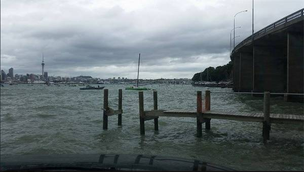 A yacht briefly hit rocks near the Auckland Harbour Bridge this afternoon.
