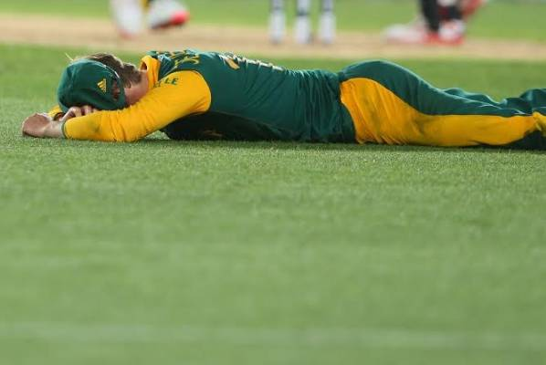AB de Villiers falls to the Eden Park turf after failing to field a ball.