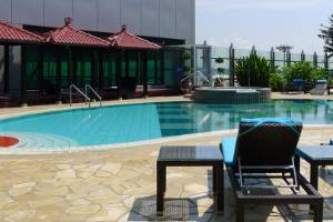 One of the best things about Changi airport is its Balinese-themed outdoor rooftop pool, located in Terminal 1.