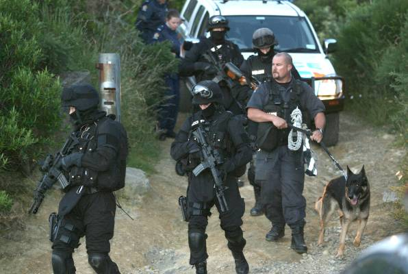 Armed police swarm Summit Rd in Lower Hutt ahead of killer Graeme Burton's capture on January 6, 2007.