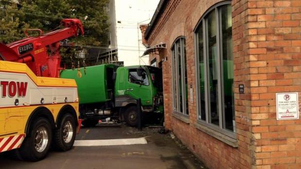 One minute the driver of this truck was delivering a wheelie bin. Nek minnut.