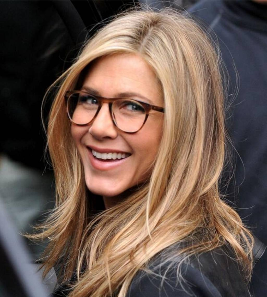 7642b4a5975 Jennifer Aniston pairs perfectly tousled hair with her cool girl specs.