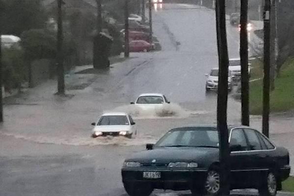 Motorists brave flooding in Abbotsford, Dunedin.