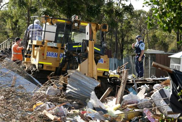 Man On Bulldozer : Man allegedly bulldozes cars and house with woman