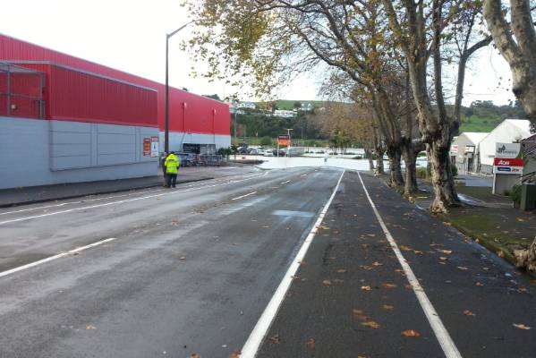 Whanganui river flooding Taupo Quay.