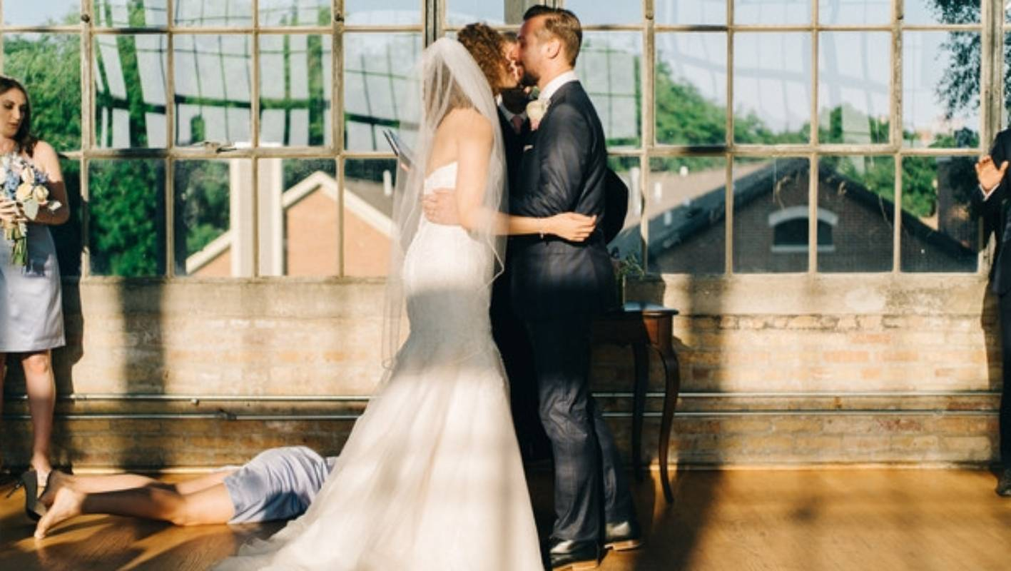 Image of bridesmaid fainting at the altar goes crazy on social ...