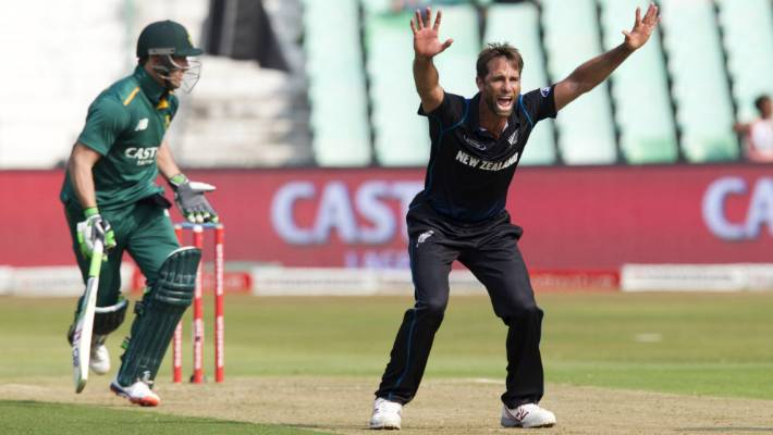 d5158be2f07 Black Caps all-rounder Grant Elliott appeals unsuccessfully for the wicket  of South Africa s AB
