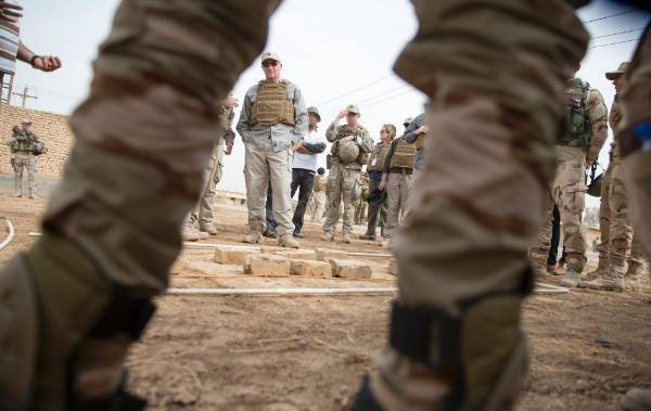 The Prime Minister talks with Iraqi troops and New Zealand trainers.