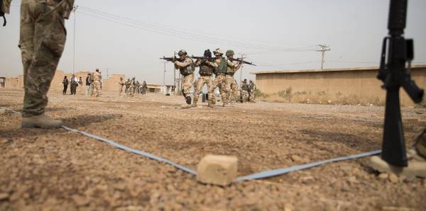 Iraqi troops training in urban clearances and tactics.