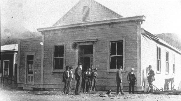 Murchison Courthouse the day after the suicide bombing in 1905.