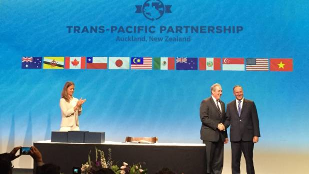 United States trade representative Michael Froman shakes Prime Minister John Key's hand after signing the TPPA.