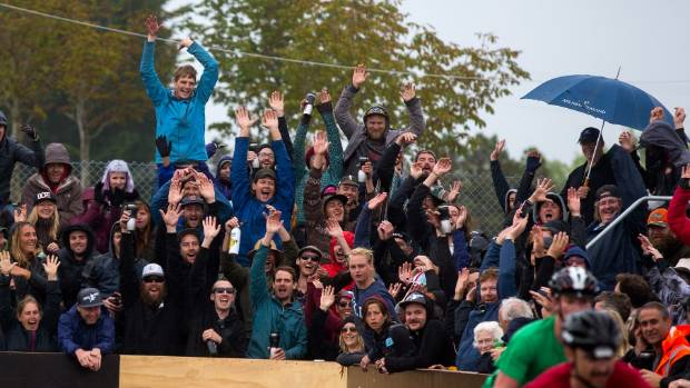 A crowd of 1000 people packed around the court at Aorangi Park for Saturday's final.
