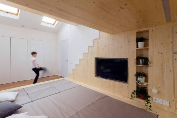 Raw timber walls enhance the summer house look.