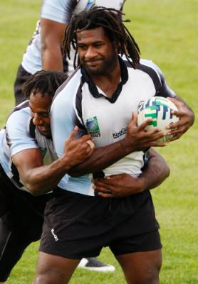 Fiji's Vilimoni Delasau (L) and Seru Rabeni practice during the 2007 Rugby World Cup.