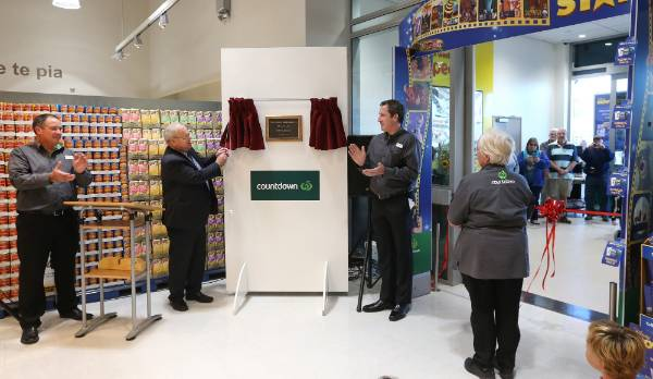 Mayor Alistair Sowman unveils a plaque commemorating the occasion.