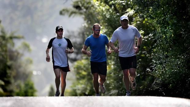 "Steve Kilgallon on the run with ""The Legend"" marathon organisers Aaron Carter (Blue top) and Ian Winson (White top) in 2008."