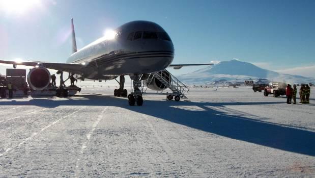 An RNZAF 757 sits on the Pegasus ice runway in Antarctica.