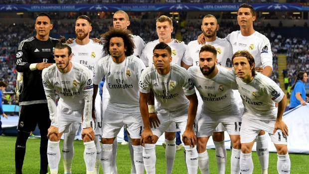 Real Madrid team photos are an opportunity for Cristiano Ronaldo to stand on tiptoes