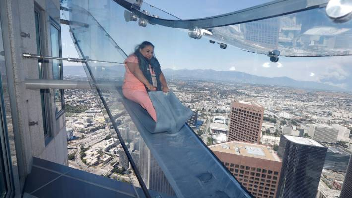 Us Bank Slide >> Daredevils Try Out The World S Scariest Slide In Us Stuff Co Nz