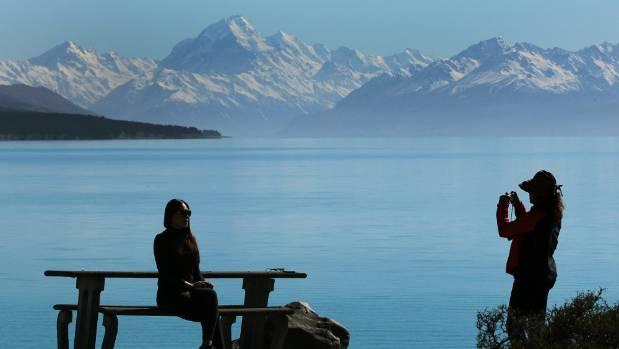 Tourists at Lake Pukaki, Aoraki (Mount Cook) near Twizel.
