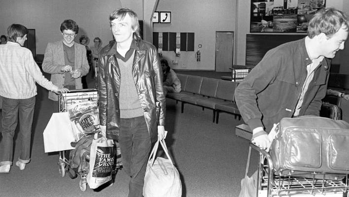 Fall frontman Mark E Smith with his plastic bags after arriving in Christchurch on August 17, 1982 for a Kiwi tour.