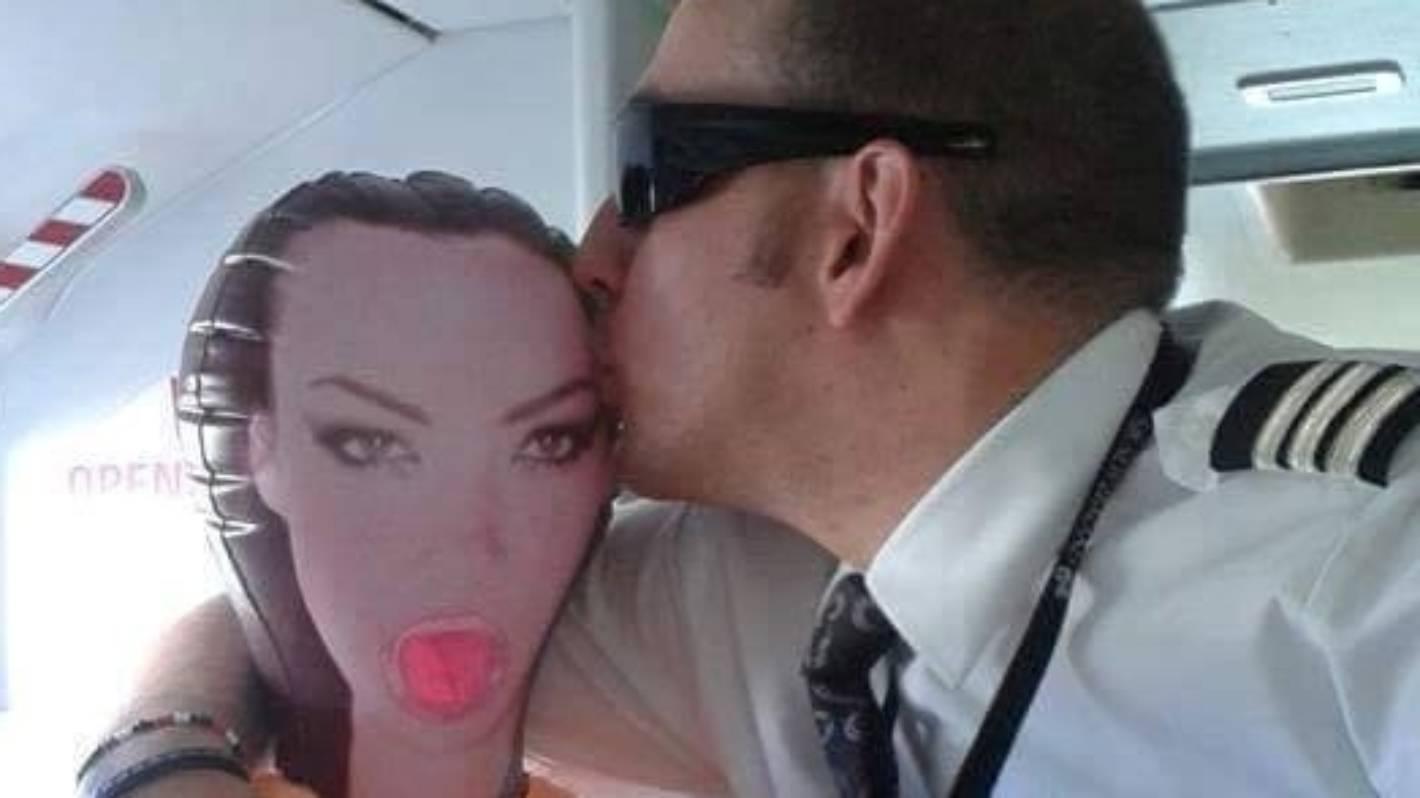 Секс на самолете с стюардеса, Секс в самолете - порно видео онлайн, смотреть порно 32 фотография