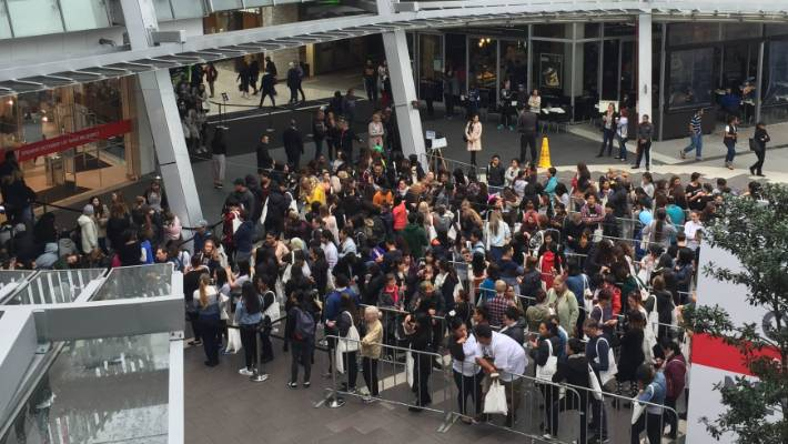Crowd control at Auckland H&M as Boxing Day sales surge