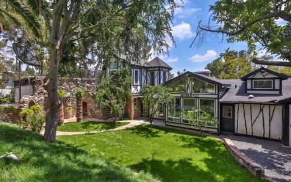 Lady Gaga has purchased Frank Zappa's former home in Laurel Canyon, Hollywood.