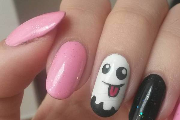 Cute and pretty still counts at Halloween and we love this simple design that looks great on these rounded off nails.