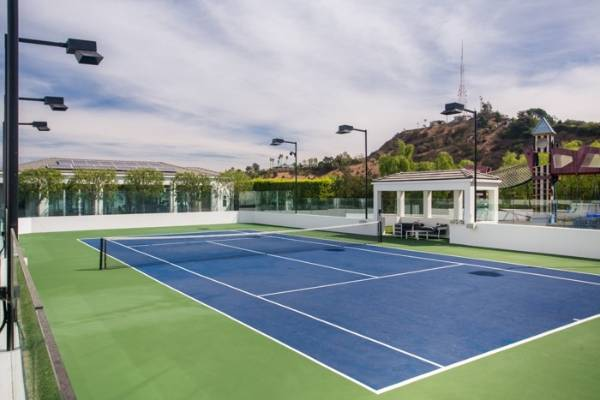 Gavin Rossdale, a keen tennis player, had this court added after the couple purchased the home in 2006.