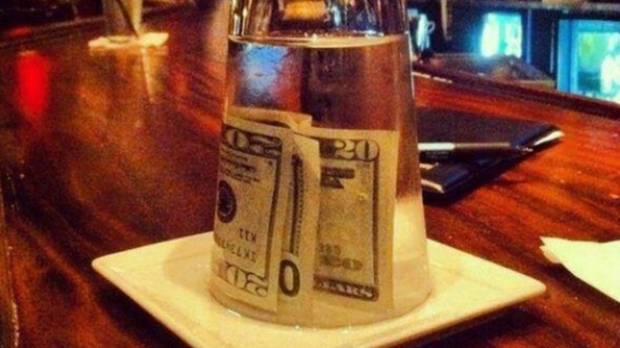 """Thanks for the tip"" ... said no barman ever, when you do it like this."