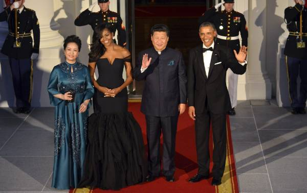 I remember this black Vera Wang from 2015 well. The sleeves are a particular highlight. The Obamas were hosting China.