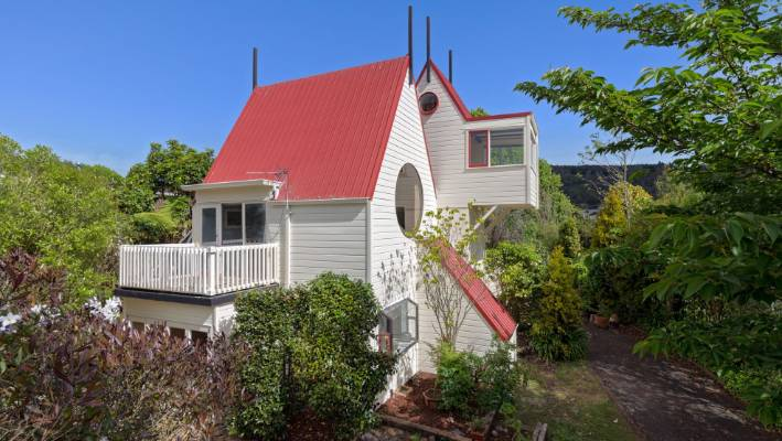 Marvelous Family In The Noddy House In Rotorua Grows Up So Theyre Home Interior And Landscaping Pimpapssignezvosmurscom