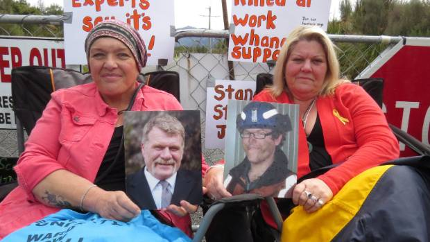 Pike River families protest at the mine gates.