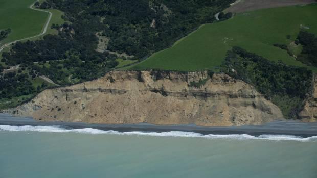 A arge landslide south of Kaikoura blocks State Highway 1.