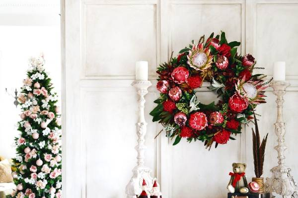 We've heard of flowers in Christmas trees, and love them even more on Christmas wreaths. Proteas especially make a bold, ...