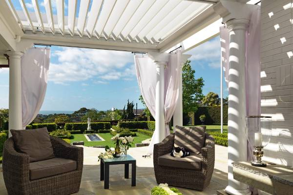 The guest house is often used for casual summer entertaining, as it has great indoor-outdoor flow and views to Rangitoto.