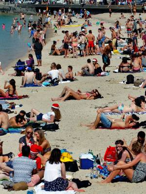 A perfect sunny windless Christmas day Oriental Bay and waterfront Wellington city. Beach, Heat, Hot, Sun, Sand, Sea ?