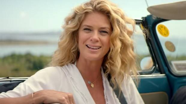 Beauty queen Rachel Hunter has slammed a report linking her with actor Joe Naufahu.