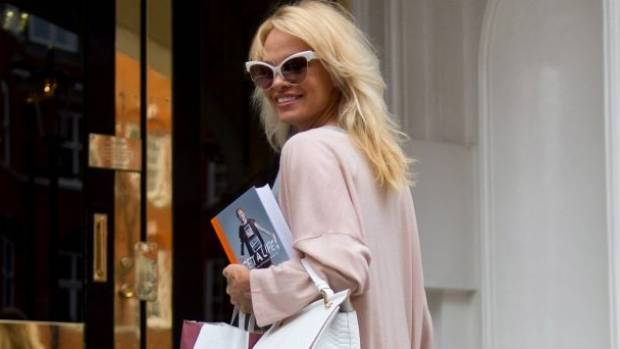 Pamela Anderson delivers lunch to Julian Assange at the Ecuadorian Embassy in London late last year.