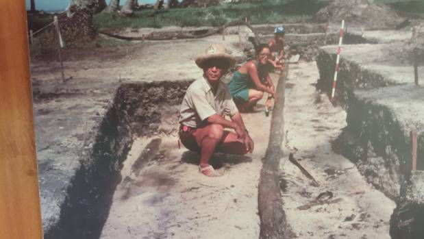 Dr Sinoto excavating the mast of the Huahine canoe.