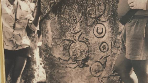 An ancient stone petrograph on Huahine shows a turtle motif, almost exactly the same as the one on the Anaweka waka.