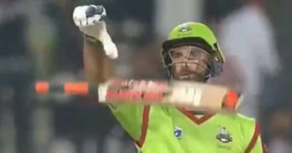 Kiwi cricketer Grant Elliott smashes a match-winning six in the Pakistan Super League.