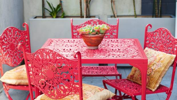 Loena rescued a friend's discarded wrought-iron outdoor furniture, painting it her signature colour.