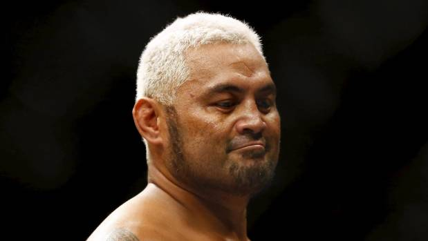 Alistair Overeem Kneed Mark Hunt Into a Stupor at UFC 209