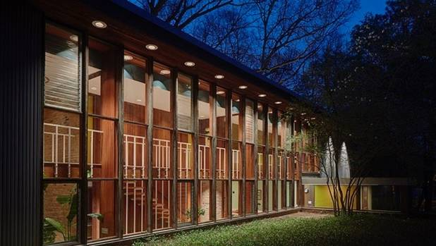 Designed by one of the founders of American Modernism, George Nelson, this house in Kalamazoo, Michigan is believed to ...