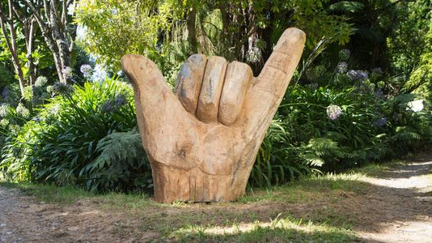 Oakura chainsaw artist carves up reminder to hang loose